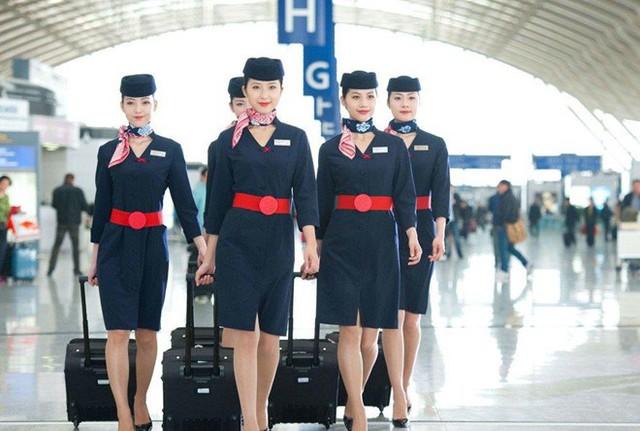 Xuất hiện trong chiếc váy màu xanh hải quân, các nữ tiếp viên của Hãng hàng không Thượng Hải luôn mang tới cho hành khách sự chuyên nghiệp và cuốn hút. Ảnh: SCMP.