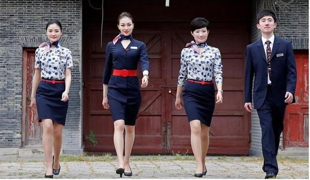 Bộ đồng phục của hãng được thiết kế với cổ áo hình chữ V, thắt lưng đỏ bản to, khăn quàng cổ cùng với chiếc mũ hình hộp cứng, tuy đơn giản nhưng vô cùng nhã nhặn, quyến rũ. Ảnh: SCMP.