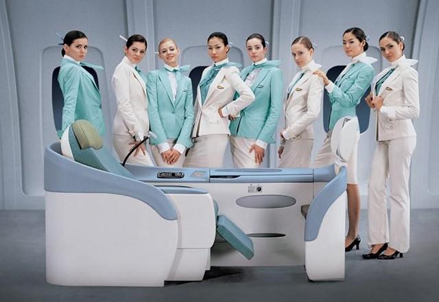 """Khác với các hãng hàng không khác, vào năm 2005 Korean Air đã cho ra mắt đồng phục """"thân thiện"""" với nhân viên. Theo đó, các tiếp viên của hãng được tùy chọn váy hoặc quần, miễn là họ cảm thấy thoải mái khi làm việc. Ảnh: Korean Air."""
