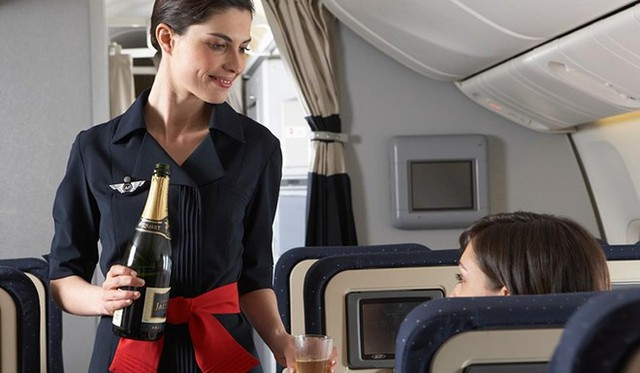 Cathay Pacific là một trong những hãng hàng không nổi tiếng tại châu Á. Đặc biệt, hãng hàng không Hong Kong này còn sở hữu dàn tiếp viên xinh đẹp, quyến rũ và vô cùng tinh tế, mang đậm vẻ đẹp của phụ nữ phương Đông. Ảnh: Cathay.
