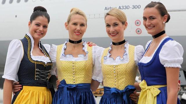 Lufthansa là một trong những hãng hàng không nổi tiếng của châu Âu. Hãng hàng không của Đức nổi tiếng với đội ngũ tiếp viên thân thiện và chất lượng phục vụ tốt. Đồng phục của những cô tiếp viên xinh đẹp này cũng rất độc đáo và mang đậm màu sắc của nước Đức xinh đẹp. Ảnh: Lufthansa.