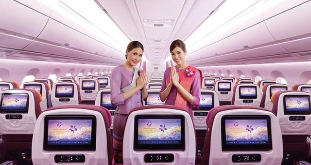 """Bên cạnh đó, không thể không nhắc đến đồng phục màu tím độc đáo của các tiếp viên Thai Airways. Đây cũng được xem là một trong những bộ đồng phục hàng không đẹp nhất. Màu tím là màu của sự chung thủy, nhớ thương. Liệu đây có phải là thông điệp mà Thai Airways muốn gửi gắm đến những """"thượng đế"""" của mình? Ảnh: Thai Airways."""