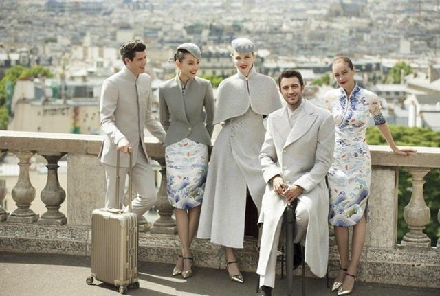 """Hainan Airlines - hãng hàng không lớn thứ 4 của Trung Quốc - """"chơi trội"""" khi tung ra mẫu đồng phục độc đáo cho dàn tiếp viên của mình. Là sự kết hợp hài hòa giữa nền văn hóa phương Đông và phương Tây, bộ trang phục này khá """"hot"""" sau khi xuất hiện tại Tuần lễ Thời trang Paris Couture. Ảnh: SCMP."""