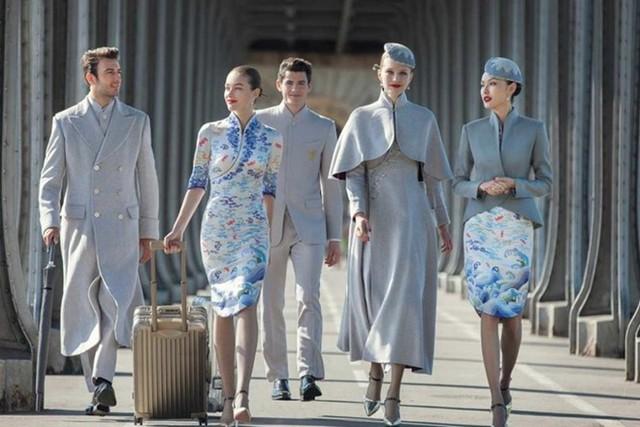 Được sáng tạo bởi nhà thiết kế người Pháp Laurence Xu, bộ đồng phục lấy cảm hứng từ vẻ đẹp của nền văn hóa Trung Quốc, bao gồm những họa tiết truyền thống như mây trời, sóng nước và những cánh chim thần thoại. Ảnh: SCMP.