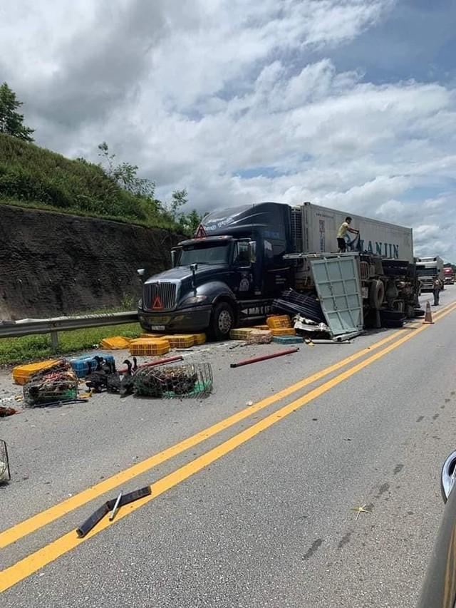 Kinh Hoàng: 3 xe ô tô đâm nhau trên cao tốc khiến 3 người bị thương - Ảnh 1.