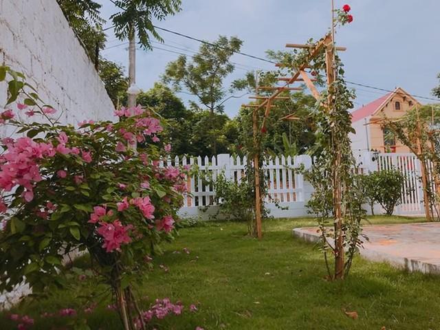 Khoảng sân vườn rộng rãi bên trong được Duy Nam phủ kín bằng những khóm hoa hồng, hoa giấy...