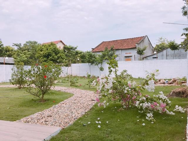 Các lối đi trong sân vườn được rải sỏi tạo cảm giác lãng mạn, yên bình.