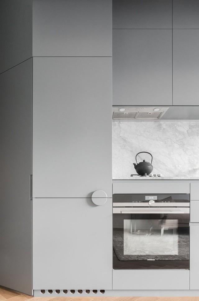 Nhà bếp kết hợp màu trắng, xám và có nhiều chất liệu gỗ được bài trí.