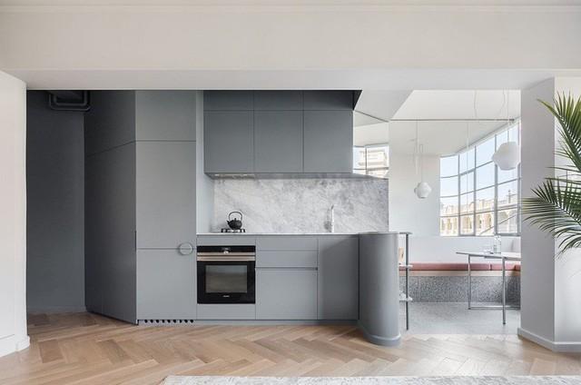 Nhà bếp hiện đại màu xám với sàn gỗ cho căn hộ nhỏ xinh.