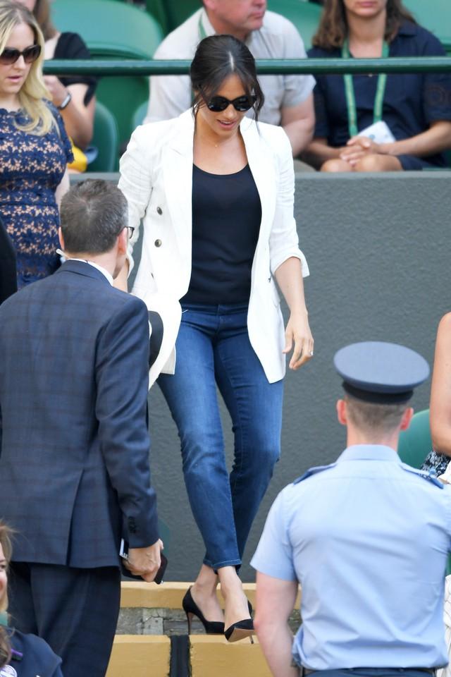 Meghan Markle bất ngờ xuất hiện một mình tại sự kiện, mặc lại áo cũ, khoe thân hình thon gọn nhưng vẫn bị chỉ trích vì một loạt điểm bất thường - Ảnh 6.
