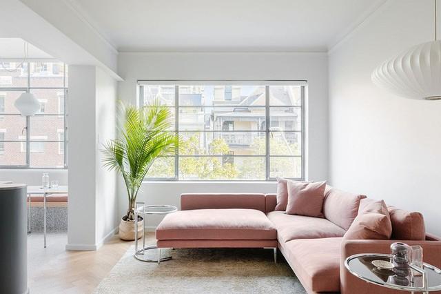 Mặt cắt tuyệt vời trong màu hồng pastel thêm màu sắc cho phòng khách màu trắng.
