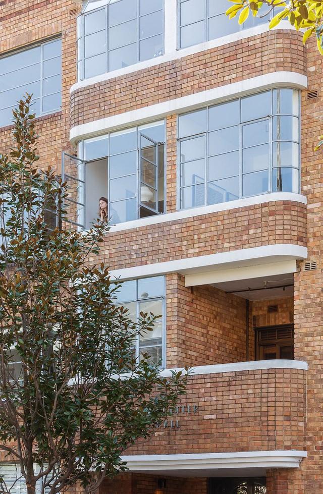 Tường gạch bên ngoài của tòa nhà chứa căn hộ nhỏ ở Sydney.