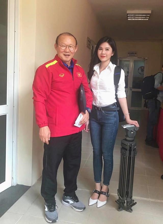 Thu Hoài còn nổi tiếng trên báo Hàn với bức hình chụp cùng HLV Park Hang Seo.
