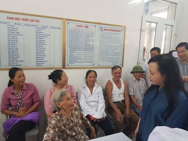 Bộ trưởng Bộ Y tế lắng nghe những tâm tư, nguyện vọng của bệnh nhân là người cao tuổi tại xã Yên Sơn, TP Tam Điệp, Ninh Bình. Ảnh: Võ Thu