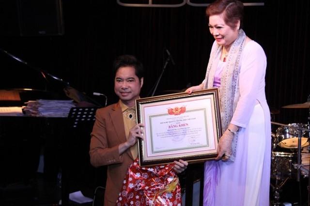Ca sĩ Ngọc Sơn từng được Hội nghệ nhân và thương hiệu Việt Nam tặng bằng khen giáo sư âm nhạc