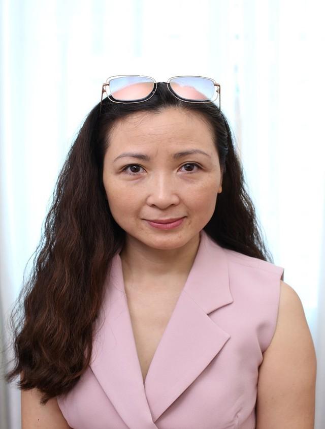 Khánh Huyền lần đầu tiên đến Gangnam theo chỉ dẫn của anh chị em nghệ sĩ thân quan. Khánh Huyền để lộ rõ rệt thần sắc đi xuống. Gương mặt chảy xệ, mất nét dần.
