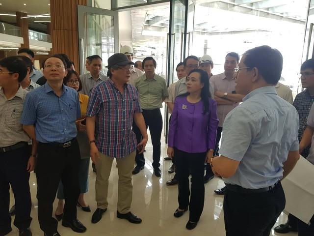 Bộ trưởng Bộ Y tế thị sát tiến độ xây dựng hoàn thiện Bệnh viện Việt Đức cơ sở 2, sáng 9/7. Ảnh Võ Thu