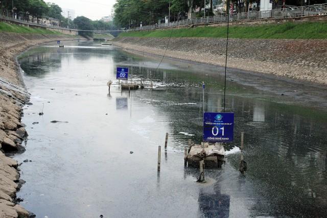 Sông Tô Lịch trơ đáy, nổi váng, bốc mùi hôi thối trước đó. Ảnh: Bảo Loan