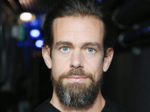 Những ngày đầu thành lập Twitter, Dorsey còn muốn làm nhà thiết kế thời trang. Ông đeo khuyên mũi và nuôi râu, thậm chí có thói quen xông hơi và tắm nước đá mỗi tối.