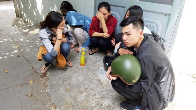 Nhiều bạn bè đau đớn vì sự ra đi của nữ sinh viên 19 tuổi. Ảnh: VNHH