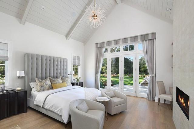 Trần nhà gỗ được sơn trắng tạo cảm giác cao hơn, không gian phòng ngủ rộng rãi hơn diện tích thực sự của nó.