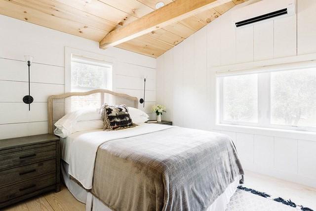 Bạn luôn tìm thấy được cảm giác gần gũi, thân thiện bên trong những căn phòng ngủ có trần gỗ.