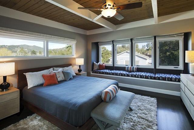 Còn nếu so sánh với kiểu trần nhựa được khá nhiều gia đình sử dụng thì trần nhà bằng gỗ tự nhiên nổi bật hơn hẳn nhờ vẻ đẹp thanh lịch, sang trọng.