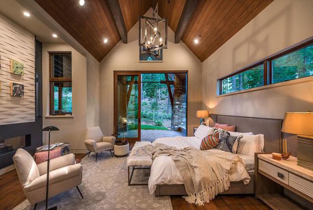 Tuy nhiên mức giá thành để làm trần gỗ cũng cao hơn các loại trần nhà khác một chút.