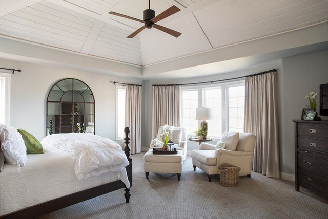 Bên cạnh trần nhà gỗ tự nhiên thì nhiều gia đình còn lựa chọn sơn màu cho trần gỗ để duy trì tuổi thọ sử dụng của trần nhà lâu dài hơn.