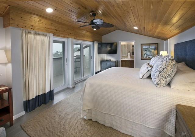 Trần gỗ tự nhiên với vân gỗ đẹp mắt mang lại sức lôi cuốn cho căn phòng ngủ của bạn.