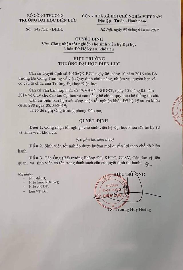 Trước những lùm xùm về gian lận điểm tuyển sinh, Hiệu trưởng ĐH Điện Lực vẫn ký quyết định công nhận tốt nghiệp cho các sinh viên.