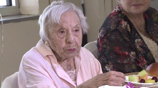 Muốn sống lâu, sống khỏe hãy học cách cụ bà 107 tuổi này làm? - Ảnh 1.
