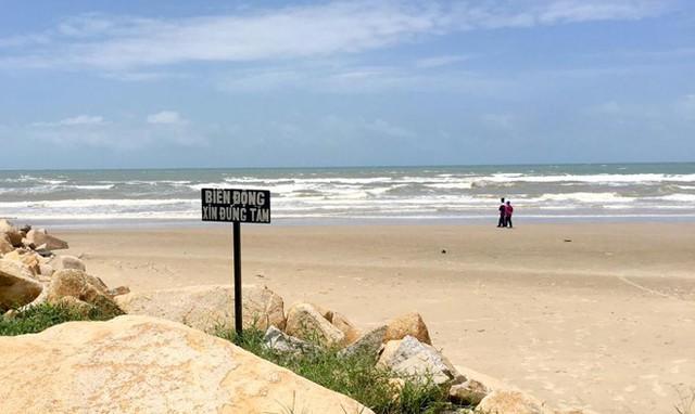 Vụ 4 người đuối nước ở Bình Thuận: Khách phớt lờ cảnh báo sóng lớn - Ảnh 1.