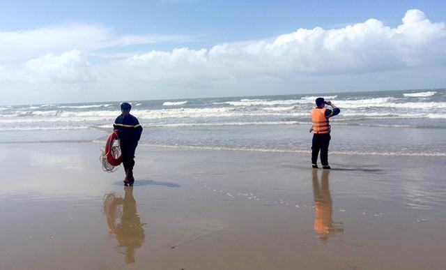 Vụ 4 người đuối nước ở Bình Thuận: Khách phớt lờ cảnh báo sóng lớn - Ảnh 2.