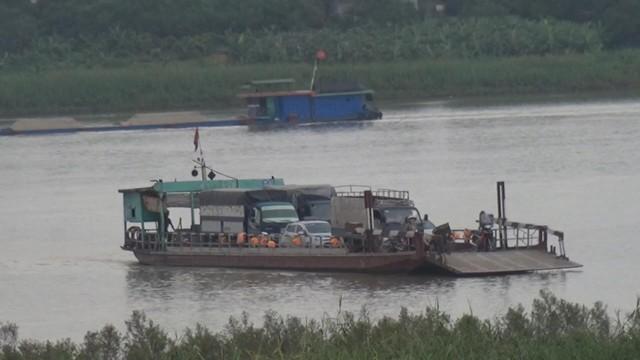 """""""Rợn tóc gáy"""" trên những chuyến phà ngang sông Hồng mùa mưa bão - Ảnh 1."""