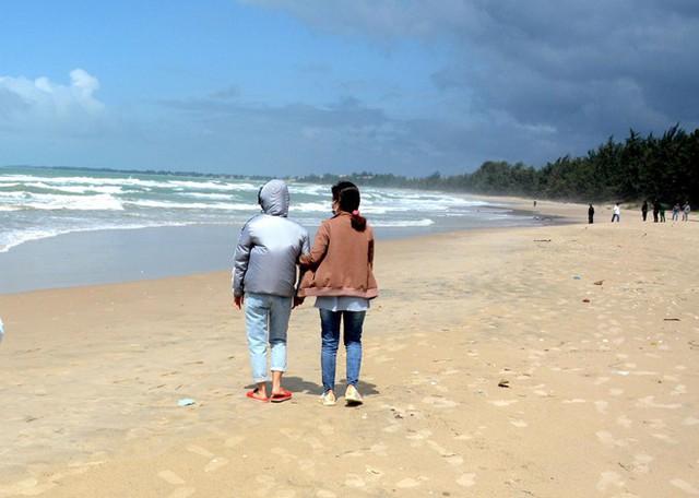 4 người đuối nước ở Bình Thuận: Vợ thoát nạn ngóng tin chồng mất tích - Ảnh 1.