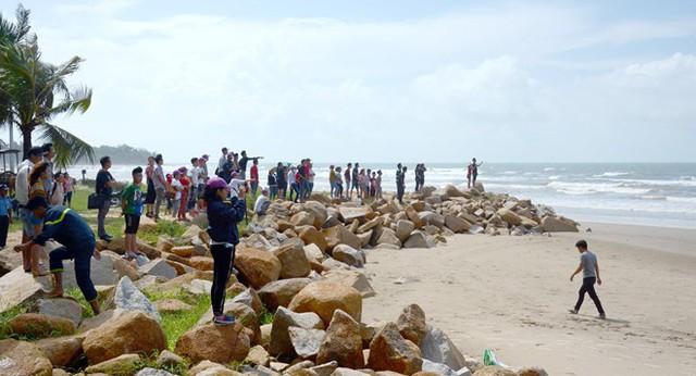 4 người đuối nước ở Bình Thuận: Vợ thoát nạn ngóng tin chồng mất tích - Ảnh 2.