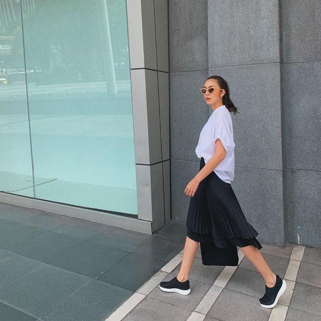Đây là combo váy áo giúp chị em trẻ ra 10 tuổi, nhưng rất dễ lố nếu không học theo Hà Tăng và Lan Khuê - Ảnh 2.