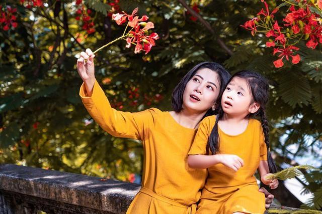 Diễn viên Mai Phương dẫn con gái đi du lịch Hội An sau bạo bệnh - Ảnh 1.