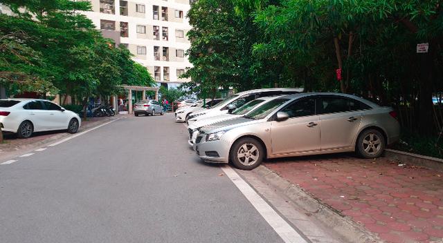 Hoàng Mai: Phớt lờ biển cấm dừng đỗ, ô tô ken đặc 3 làn trên vỉa hè - Ảnh 12.