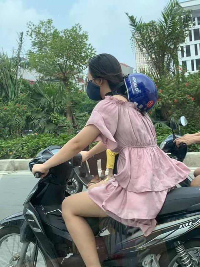 Cô gái trẻ đội mũ bảo hiểm theo phong cách độc lạ, thản nhiên chạy xe trên phố khiến nhiều người tranh cãi - Ảnh 1.