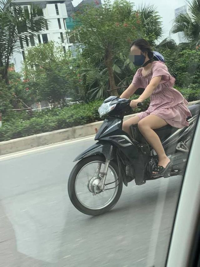 Cô gái trẻ đội mũ bảo hiểm theo phong cách độc lạ, thản nhiên chạy xe trên phố khiến nhiều người tranh cãi - Ảnh 2.