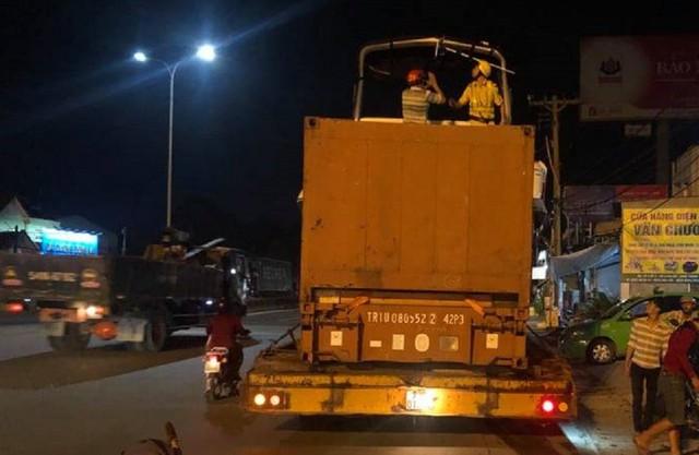 Đang cứu hộ xe container trên cao tốc, phụ xe đụng gầm cầu thiệt mạng - Ảnh 2.