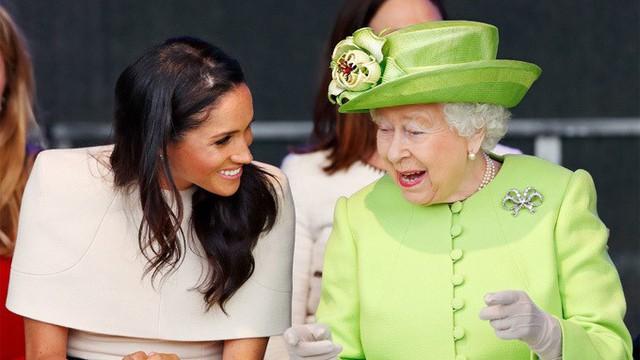 Nữ hoàng chủ động thân thiết, giúp Meghan không thấy bị cô lập - Ảnh 1.