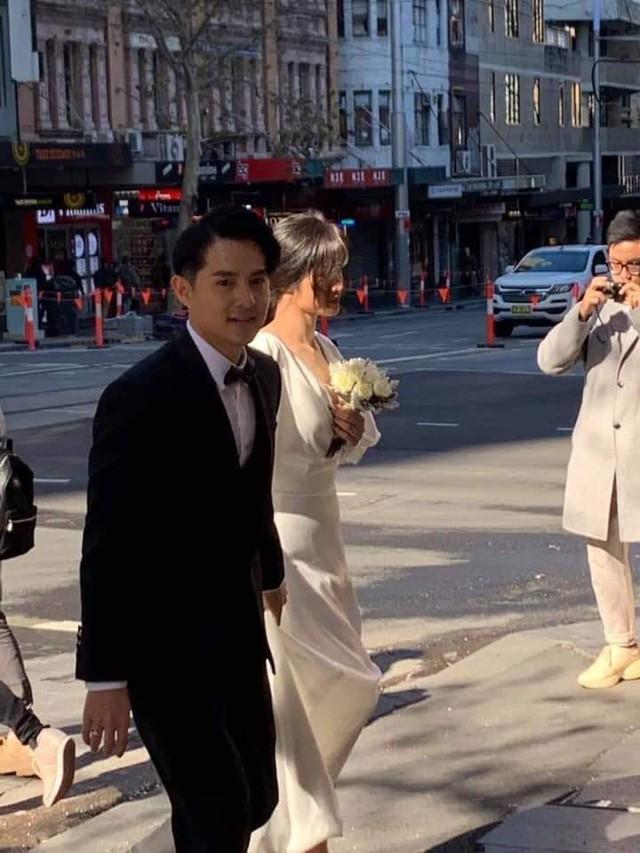 Đông Nhi - Ông Cao Thắng bị bắt gặp đang chụp ảnh cưới trên đường phố Sydney sau màn cầu hôn náo loạn showbiz  - Ảnh 1.