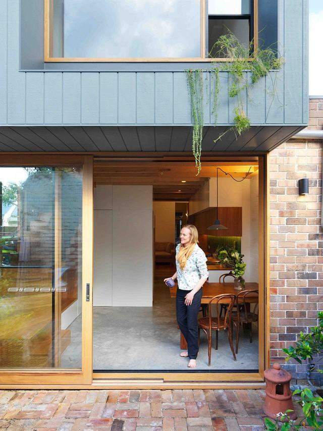 Ngôi nhà 2 tầng mang tới cảm giác thông minh, phong cách và thân thiện với môi trường. - Ảnh 1.