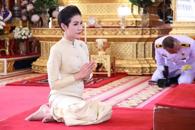 Hoàng hậu Thái Lan xuất hiện rạng rỡ bên cạnh Quốc vương vào ngày quốc lễ, được mẹ chồng nắm tay tình cảm trong khi vợ lẽ mất hút khó hiểu - Ảnh 11.