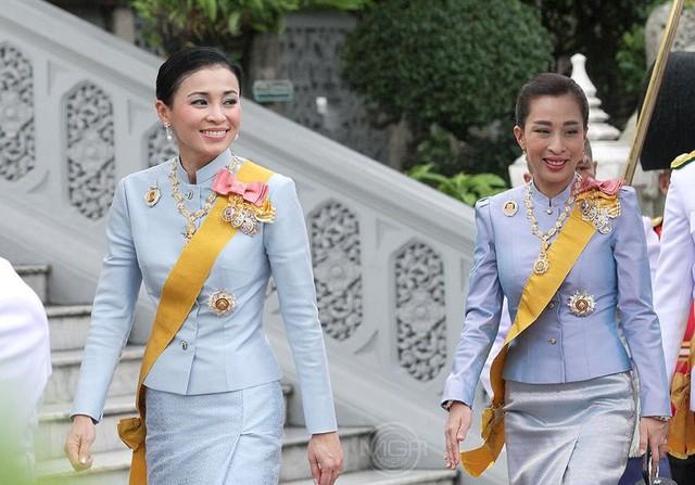 Hoàng hậu Thái Lan xuất hiện rạng rỡ bên cạnh Quốc vương vào ngày quốc lễ, được mẹ chồng nắm tay tình cảm trong khi vợ lẽ mất hút khó hiểu - Ảnh 3.