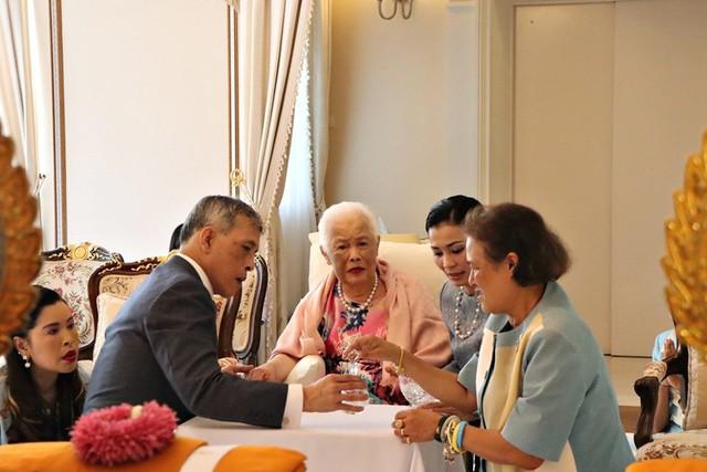 Hoàng hậu Thái Lan xuất hiện rạng rỡ bên cạnh Quốc vương vào ngày quốc lễ, được mẹ chồng nắm tay tình cảm trong khi vợ lẽ mất hút khó hiểu - Ảnh 7.