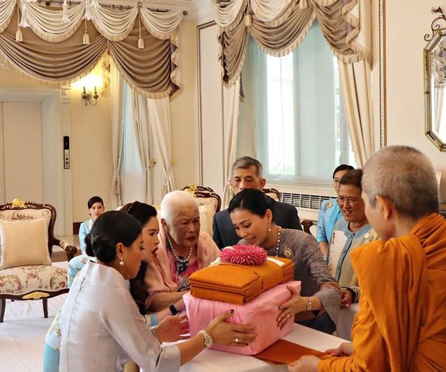 Hoàng hậu Thái Lan xuất hiện rạng rỡ bên cạnh Quốc vương vào ngày quốc lễ, được mẹ chồng nắm tay tình cảm trong khi vợ lẽ mất hút khó hiểu - Ảnh 8.